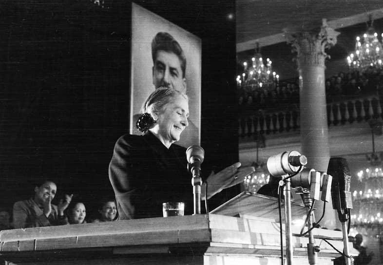 Лидер испанских коммунистов Долорес Ибаррури на трибуне в Колонном зале в Москве, 1951 год
