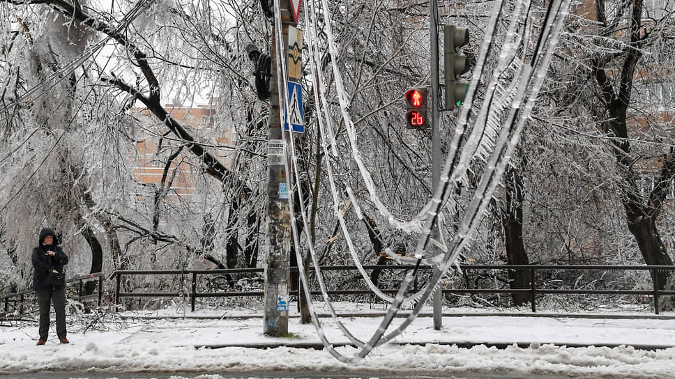 Провода превратились в ледяные ожерелья. И так по всему городу и окрестностям