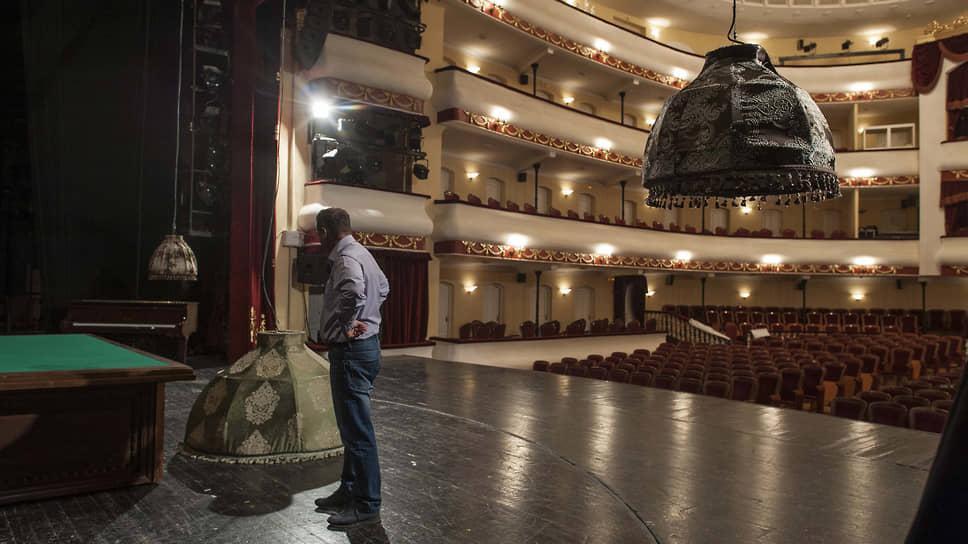 Монтаж декораций перед очередным спектаклем (Большая сцена Астраханского драматического театра)