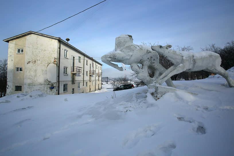 От времени, когда поселение было финским, остались малоэтажки 1930-х годов. А скульптура называется «Олени — символ Севера»