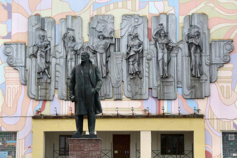 Фасад дворца культуры — местная достопримечательность. Композиция «Музы» дагестанского скульптора Башира Увайсова — это чеканка по металлу вручную площадью 24 на 8 метров