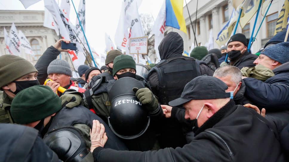 После Евромайдана уличные столкновения стали неизменным атрибутом общественной жизни на Украине. Достоинства, правда, никому из участников это не добавляет…