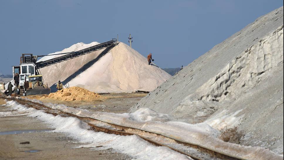 В таких буртах высотой больше семи и длиной за сто метров соль складируют для слеживания. Сразу упаковывать в мешки ту ее часть, которая идет в пищу, нельзя