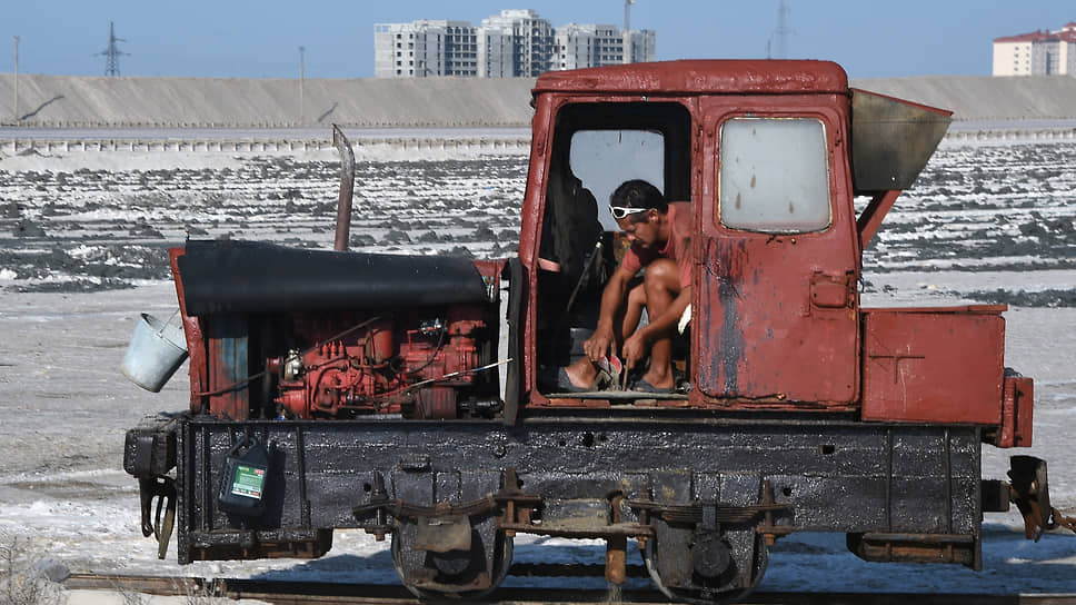 Добыча соли и лечебных грязей дала жизнь таким курортам Западного Крыма, как Саки и Евпатория. Новые дома все ближе подбираются к местам древнего промысла