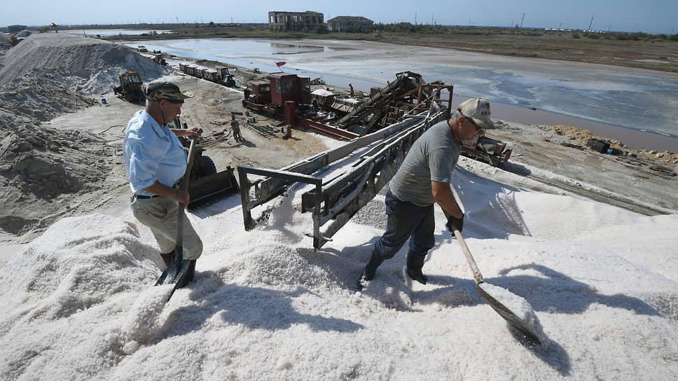 Живая соль по-прежнему требует ручного труда