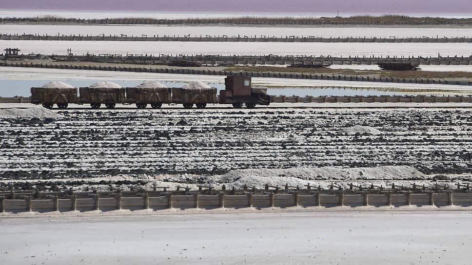 Соль с места добычи вывозят на вагонетках по узкоколейке