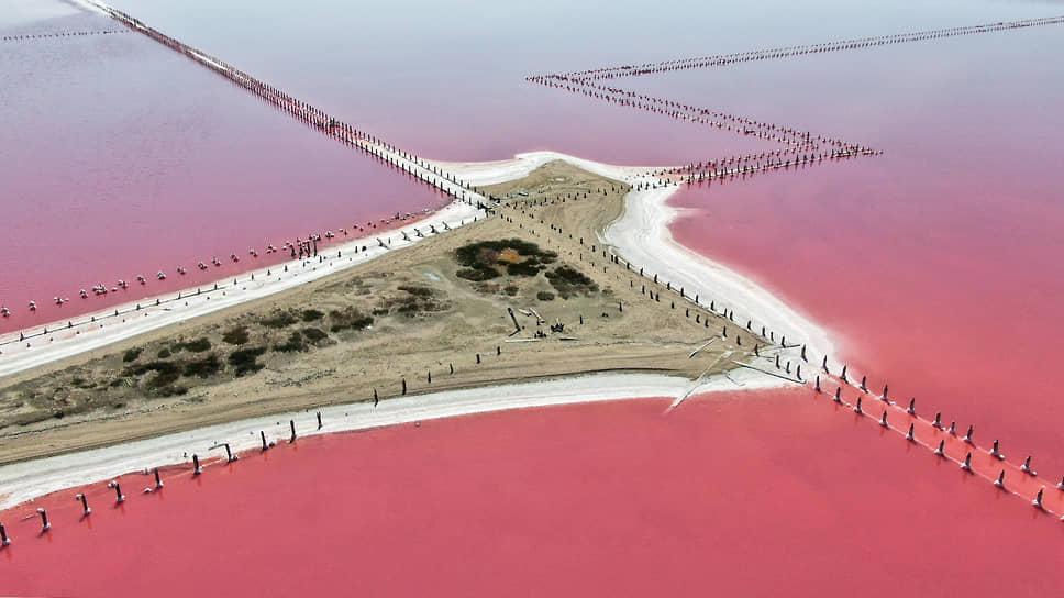 Добыче розовой морской соли в этих местах 2 тысячи лет. Но она по-прежнему одна из визитных карточек Крыма