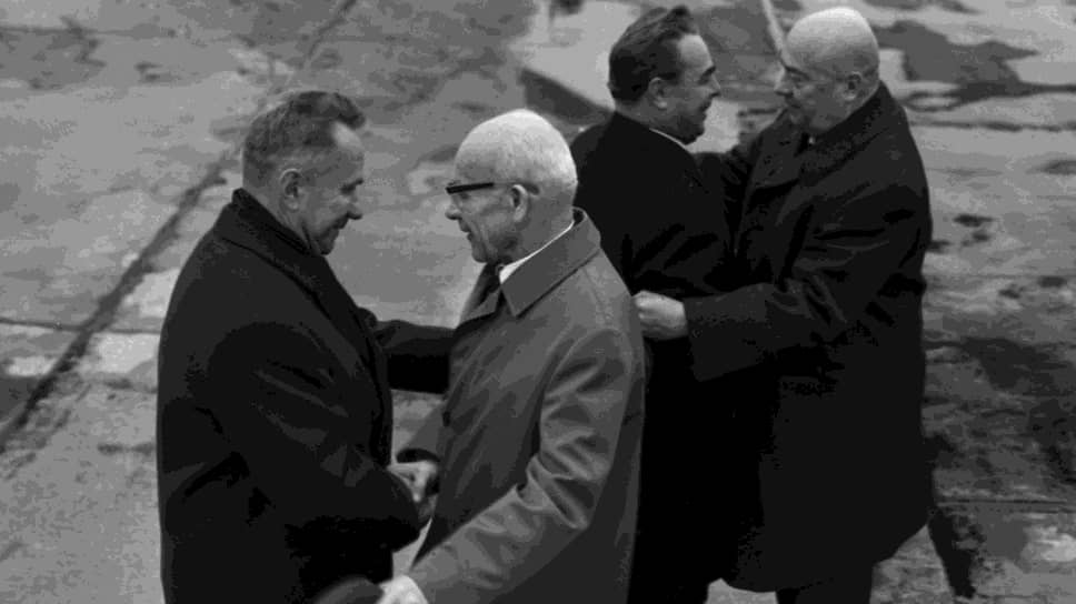 Октябрь 1966 года. Советские руководители (А. Косыгин и Л. Брежнев) после переговоров в Москве сердечно прощаются с польскими гостями во Внуково. Второй слева — первый секретарь ЦК Польской объединенной рабочей партии Владислав Гомулка