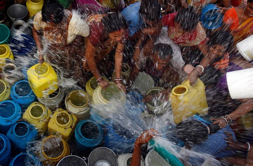 Часто именно густонаселенные регионы мира страдают от нехватки воды сильнее всего (на фото — жители трущоб Калькутты, пришедшие за водой)