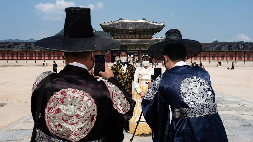 Любимая игра корейцев — потеряться между прошлым и будущим: одеться в традиционные одежды и сфотографироваться на последнюю модель «Самсунга». К тому же так и разница в благосостоянии не очень заметна