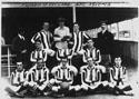 Футбольная команда «Императрицы». Фото из архива Джона Оуэна. Красавец, на коленях у которого лежит мяч, — его отец. Он выжил и умер в Торонто в 1971 году