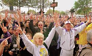 «Сайентологи всех стран, объединяйтесь!» На снимке демонстрация хаббардистов в Париже