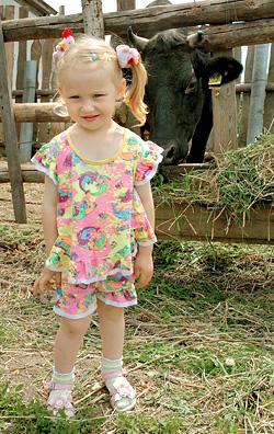 Девочке Алисе корова Малинка понравилась