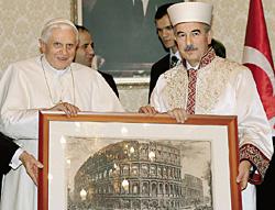 Али Бардакоглу (справа) - главный по религии Турции - рядом с тем, кого он еще недавно называл «хулителем Пророка»