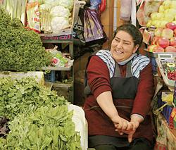 Рыночные работники охотно делятся секретом жизнелюбия: свежие овощи и «два-три куряга» каждый день