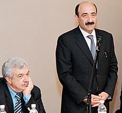 Михаил Гусман (слева) готовится принять эстафету у министра культуры Азербайджана Абульфаза Караева