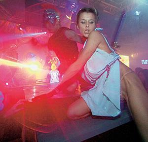 Официантка в стриптиз клубы москвы вакансии в игровых клубах в москве