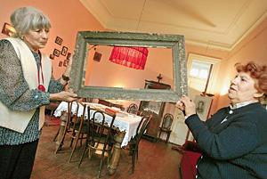 Квартира, ныне музей Анны Ахматовой в Фонтанном доме в Петербурге. Реконструированы вход в квартиру, окошко из ванной (через него смотрели, кто звонит в дверь, опасаясь арестов), кухня, четыре комнаты. Руками можно трогать все