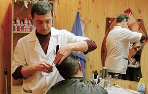 Парикмахерская при рынке - клуб для посвященных. Здесь можно навести красоту и посплетничать