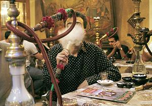 В некоторых ресторанах курить кальян можно не только мужчинам, но и женщинам