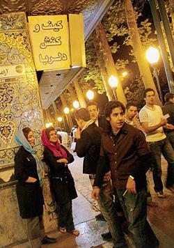 Молодежная тусовка. О том, что вы в Иране, напоминают платки на головах у девушек и яркое освещение