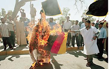 Иракские демонстранты сожгли чучело Папы и немецкий флаг