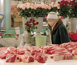 Розы рядом с мясом - такое увидишь только на рынке
