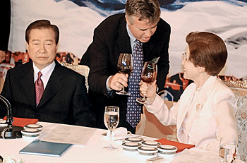 2002—на банкете с президентом Кореи Ким Дэ Чжуном и его супругой Ли Хи Хо