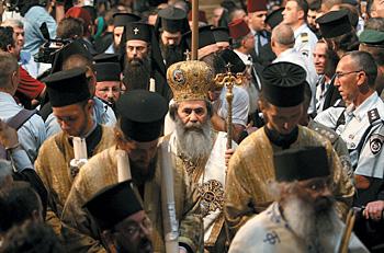Патриарх Феофил III (в центре) направляется к Кувуклии. За чудом или за «репрезентацией»?