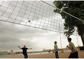 Пляжный волейбол в центре Северной столицы