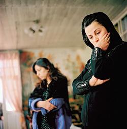Мянзяр и Адаля - дочери погибшей продавщицы зелени Гюльназ Рустамовой. Отведя фотокорреспондента в сторону, они спросили: «Вы не знаете, отчего рухнул рынок?»