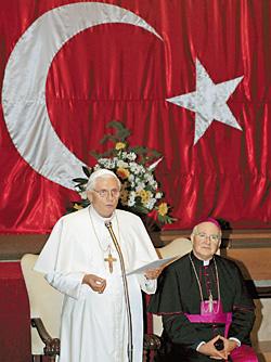 Бенедикт XVI и папский нунций в Турции Антонио Лючибелло (справа) под флагом страны-хозяйки
