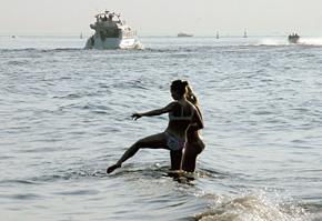 Пляж на Крестовском - самый популярный. Здесь - яхт-клуб и рестораны