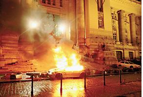 Первая ночь будапештского бунта: автомобили догорают у здания телецентра