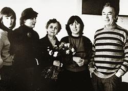 Спектакли по книге Светланы Алексиевич (вторая слева) «У войны не женское лицо» шли в 40 странах мира. В 1985 году Анатолий Эфрос (крайний справа) поставил этот спектакль на Таганке