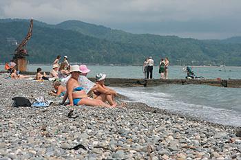 Сезон в разгаре, но на пляжах Абхазии пусто