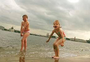 Вообще-то купание в Неве запрещено - вода грязная. Но все купаются