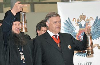 Владимир Якунин (справа) уже несколько лет привозит Благодатный огонь в Россию