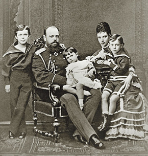 Император Александр III с супругой императрицей Марией Федоровной и детьми (слева направо): цесаревичем Николаем, великой княжной Ксенией и великим князем Георгием