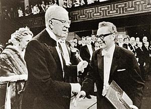 Марри Гелл-Ман (справа) на вручении Нобелевской премии в 1969 году