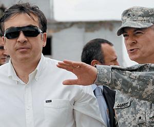 Грузинский президент и бригадный генерал США наблюдают за грузино-американскими военными учениями