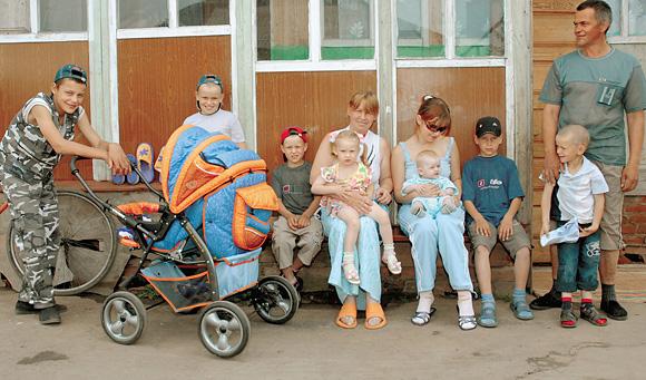 Семья Вилковых - образцово-показательная. Глава семейства Олег Вилков (на фото крайний справа) не пьет