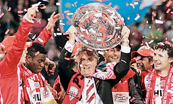 2005—Хиддинк и ПСВ «Эйндховен» празднуют победу в чемпионате Голландии