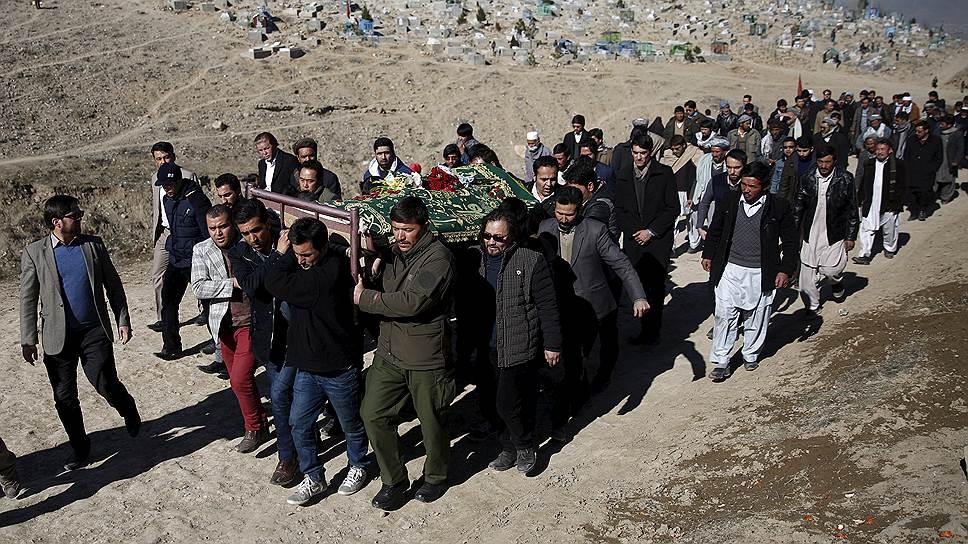Результат усилий талибов по разжиганию гражданской войны. Кабульские журналисты хоронят коллег, погибших после атаки смертника на микроавтобус частной телекомпании