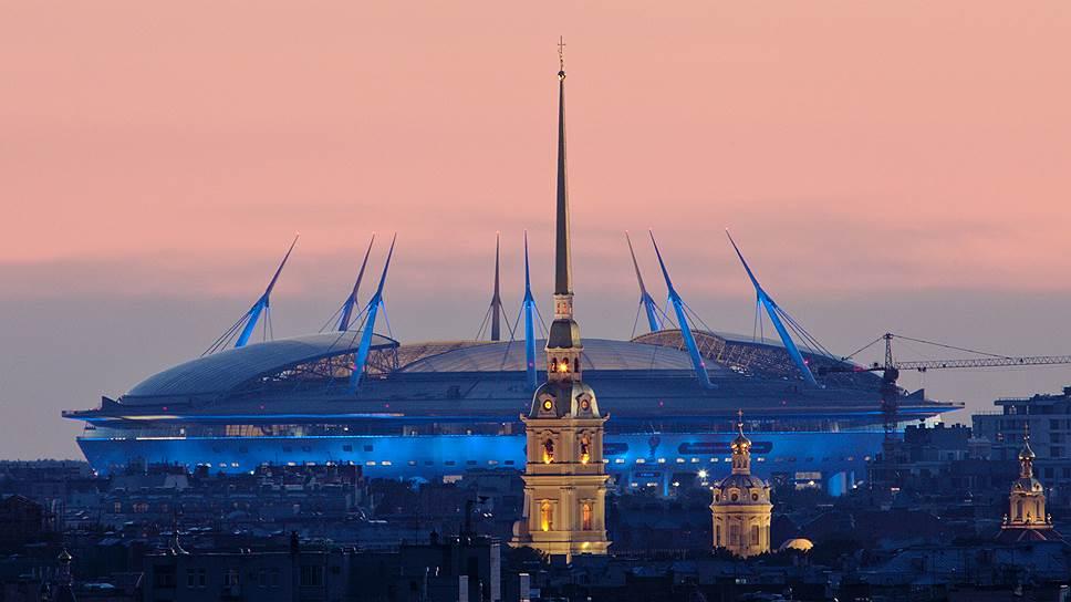 Власти Петербурга заявили, что специальную пленку на крыше стадиона на Крестовском пробивают своими клювами бакланы. Спортивный