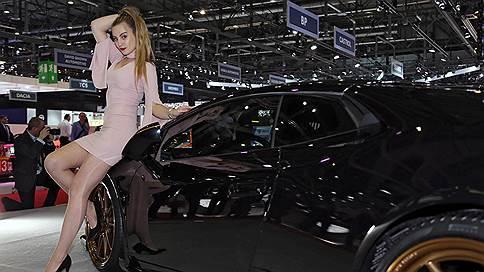 Девушек переодевают или увольняют  / Участники автосалона в Женеве отказываются от моделей на стендах