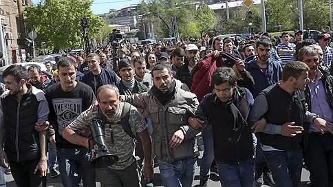 «Оппозиция требует от Сержа Саргсяна не вступать в должность премьер-министра» // Журналист в эфире «Ъ FM» — о ситуации в Ереване