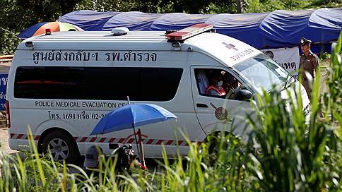 Восемь школьников покинули пещеру в Таиланде // Как проходит спасательная операция