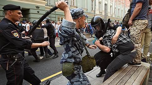 """«Дальше Охотного ряда полиция пройти не позволила» // Корреспондент """"Ъ FM"""" — о несанкционированном митинге в центре Москвы"""