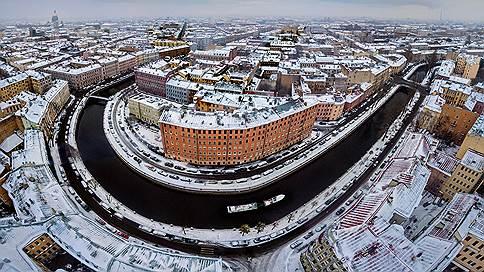 Съемочная группа покрасила реки Петербурга в синий цвет // Можно ли говорить о серьезном вреде окружающей среде